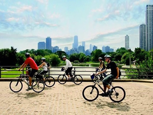 cyclists-in-lincoln-park